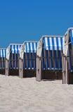 五颜六色的海滩睡椅 免版税库存照片