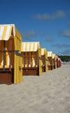 五颜六色的海滩睡椅 库存照片
