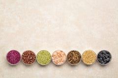 五颜六色的海盐溶与拷贝空间的汇集 免版税库存图片
