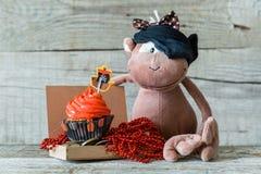 五颜六色的海盗题材生日杯形蛋糕 免版税库存照片