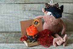 五颜六色的海盗题材生日杯形蛋糕 图库摄影
