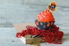五颜六色的海盗题材生日杯形蛋糕 免版税图库摄影