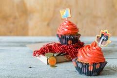 五颜六色的海盗题材生日杯形蛋糕 免版税库存图片