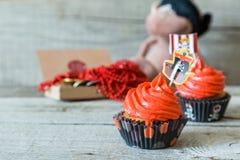 五颜六色的海盗题材生日杯形蛋糕 库存图片