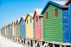 五颜六色的海滨别墅在开普敦 免版税库存照片