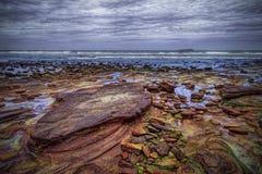 五颜六色的海滩在火山岛 免版税库存照片
