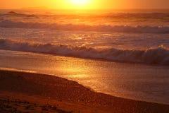 五颜六色的海滩场面在黎明 免版税库存照片