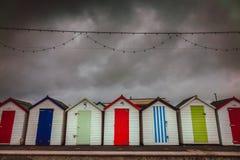 五颜六色的海滩小屋在一风暴日 免版税库存图片