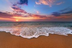 五颜六色的海洋海滩日出 免版税库存图片