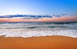 五颜六色的海洋海滩日出 免版税库存照片