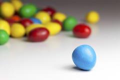 五颜六色的涂上巧克力的糖果 免版税库存图片