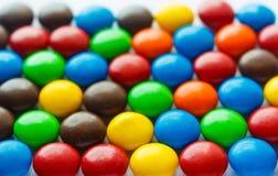 五颜六色的涂上巧克力的糖果 免版税库存照片