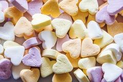 五颜六色的淡色糖果心脏背景 免版税库存照片