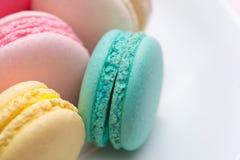 五颜六色的淡色蛋白杏仁饼干特写镜头  甜macarons 库存图片