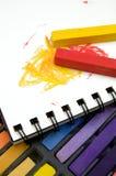 五颜六色的淡色蜡笔和彩图的垂直的图象 库存照片