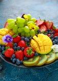 五颜六色的混杂的果子盛肉盘用芒果、草莓、蓝莓、猕猴桃和绿色葡萄 健康的食物 图库摄影