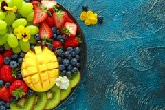 五颜六色的混杂的果子盛肉盘用芒果、草莓、蓝莓、猕猴桃和绿色葡萄 健康的食物 免版税库存图片