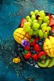 五颜六色的混杂的果子盛肉盘用芒果、草莓、蓝莓、猕猴桃和绿色葡萄 健康的食物 库存图片