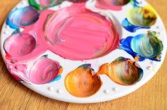 五颜六色的混杂的油漆残余在调色板的 免版税库存图片