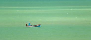 五颜六色的渔夫的小船 免版税库存图片