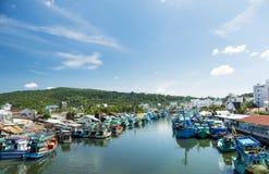 五颜六色的渔船在港口 Phu Quoc海岛,越南 免版税库存图片