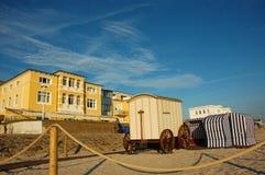 五颜六色的游泳更衣车和strandkorbs在北海 免版税库存照片