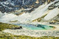 五颜六色的湖、阿吨&岛城,四川中国 免版税库存照片