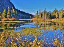 五颜六色的湖和风景在声势浩大的湖区域 免版税库存照片