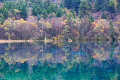 五颜六色的湖在Jiuzhaigou 库存图片