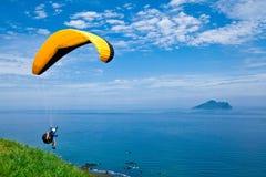 五颜六色的滑翔机吊天空 库存图片