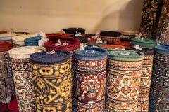 五颜六色的滚动的地毯在东方市场 库存图片