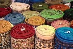 五颜六色的滚动的地毯在东方市场 免版税库存照片