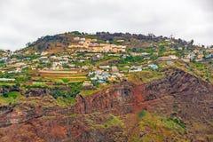 五颜六色的火山的峭壁海岸,马德拉岛 免版税库存图片