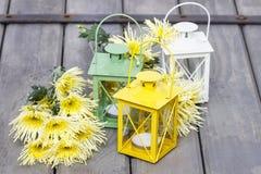 五颜六色的灯笼和黄色菊花 免版税库存图片