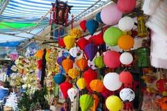 五颜六色的灯笼在街市,河内,越南上卖了 免版税库存图片