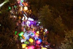 五颜六色的灯笼行动迷离当在夜游行的数百步行 库存图片