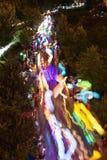 五颜六色的灯笼行动迷离当在夜间游行的数百步行 免版税库存图片