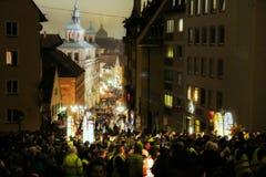 五颜六色的灯笼队伍在纽伦堡,在它的对城堡的途中 免版税库存照片