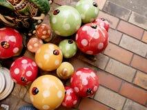五颜六色的灰泥蘑菇在庭院为装饰 库存照片