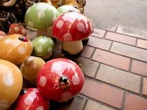 五颜六色的灰泥蘑菇在庭院里 免版税图库摄影
