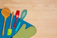 五颜六色的烘烤和酥皮点心工具 免版税图库摄影