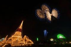 五颜六色的烟花在Phra Samut Chedi塔的夜在Thailan 免版税库存图片
