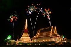 五颜六色的烟花在Phra Samut Chedi塔的夜在Thailan 免版税库存照片