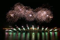 五颜六色的烟花爆炸,新年,在黑暗的背景关闭隔绝的惊人的烟花与文本的,马耳他火地方 免版税库存图片
