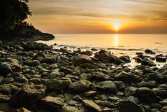 五颜六色的热带日落在海 免版税图库摄影