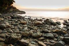 五颜六色的热带日落在海 库存照片