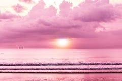 五颜六色的热带日落,有日落的海,海滩视图墙纸 免版税库存图片