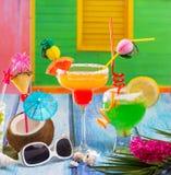 五颜六色的热带鸡尾酒在热带加勒比房子里 免版税库存照片