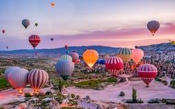 五颜六色的热空气在发射前迅速增加在Goreme国家公园,卡帕多细亚,土耳其 图库摄影