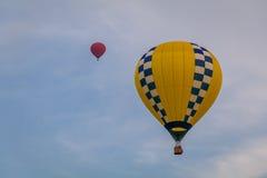 五颜六色的热空气气球通过天空公平地漂浮在黄昏在沃伦县农夫` s,和谐,新泽西, 8/1/17的 库存照片